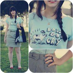 Look divertido com camiseta com estampa inspirada na banda The Cure saia lápis quadriculada preto e branco meia calça clara fina sapatilha vermelha e cardigã preto