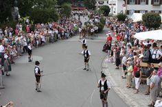 Goaßlschnalzen ist ein bayerisch-österreichischer Brauch.