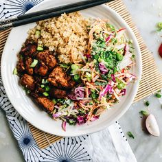 Okay so I do realise that yakitori belongs on a skewer but stop ruining my fun and love of food in a bowl. This has all the flavours of yakitori marinade but Healthy Chicken Recipes, Asian Recipes, Ethnic Recipes, Protein Recipes, Pollo Yakitori, Chicken Rice Bowls, Large Fries, Everyday Food, Food Dishes