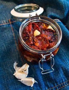Så lätt är det att göra egna Soltorkade Tomater Microwave Caramels, Harvest Season, Swedish Recipes, Chana Masala, Chutney, Food And Drink, Dessert, Vegan, Tapas