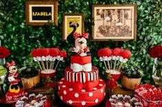 Para comemorar os 2 anos da pequena Isabela, Minnie esteve presente com seus laços e bolinhas! Para deixar a produção mais rica um muro inglês foi colocado atrás da mesa de doces. Um charme as canequinhas da saia da Minnie cheia de brigadeiros e os quadros vintage que enfeitavam o muro verde. Astromélias, anturios, cravos … Minie Mouse Party, Minnie Mouse Rosa, Fiesta Mickey Mouse, Mickey Mouse 1st Birthday, Minnie Mouse Theme, Mickey Party, 1st Birthday Parties, Mickey Mouse Centerpiece, Mickey Mouse Birthday