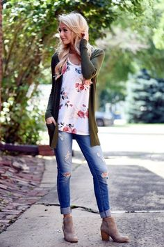 Perfect fall transition outfit - a floral top, skinny jeans, booties and an olive cardigan or jacket Winter Fashion Outfits, Fall Winter Outfits, Autumn Winter Fashion, Spring Fashion, Casual Outfits, Cute Outfits, Jeans And T Shirt Outfit Casual, Short Boots Outfit, Cold Spring Outfit