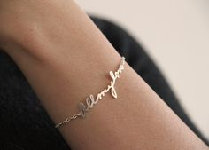 Questo elenco è per un bracciale lucido alto di firma o della grafia. Il braccialetto sarà fatto a mano dopo il vostro ordine. Questo graziosissimo braccialetto è un regalo meraviglioso per chiunque.  Dando un pezzo unico di jewellry qualcuno dà un ricordo che dura per sempre.  Questo bracciale è un regalo perfetto per compleanni, anniversari, giorno di San Valentino e Natale.  Rende anche un unico regalo per matrimoni (per la sposa e/o tutte le damigelle donore di indossare il loro gio...