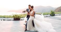 The boho chic wedding we are sharing today has mesmerized us! Taylor and Justin love exotic sunny destinations and during one of their trips they Summer Fashion For Teens, Summer Outfits Women, Teen Fashion, Trendy Outfits, Justin Love, Santorini Wedding, Chic Wedding, Boho Chic, Glass Tables