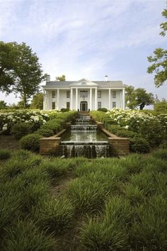 The Vinery Thoroughbred Farm, Lexington, Kentucky. Front view of the house. Love the waterfall. How lovely it must be to pull up to the front door and hear the water. Southern Plantation Homes, Southern Mansions, Southern Plantations, Southern Homes, Southern Charm, Country Homes, Southern Living, Kentucky Horse Farms, Southern Architecture