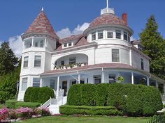 Huge house on Mackinac Island, just west of the Grand Hotel, on a bluff overlooking the Straits of Mackinac (where Lake Michigan meets Lake Huron). Would love to live there. Mackinac Island Michigan, Michigan Travel, Lake Michigan, Victorian Cottage, Victorian Houses, Victorian Decor, Huge Houses, Old Houses, Dream Houses