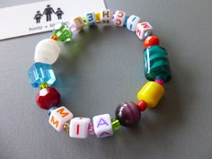 Kunterbuntes Mama-Armband mit Kindernamen. Gibt's bei www.hintzundtoechter.de