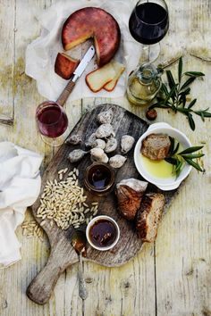 not-too-neat relatable but beautiful food photography Wine Recipes, Great Recipes, Snacks Für Party, Tapas Party, Food Design, Food Presentation, Food Styling, Food Inspiration, Love Food