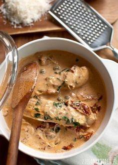 Pyszny kurczak z suszonymi pomidorami i parmezanem. Świetny, prosty pomysł na obiad. Przepis