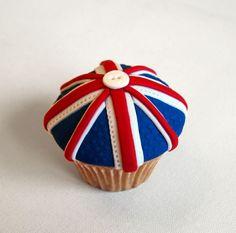 diamond jubilee cupcake (replace button with sugar gem) Themed Cupcakes, Fun Cupcakes, Wedding Cupcakes, Cupcake Cakes, Union Jack Cake, British Cake, Fourth Of July, 12th July, London Party