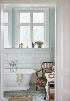 54 Ideas for bath room window ledge decor bathtubs Tiny Bathrooms, Upstairs Bathrooms, Laundry In Bathroom, Beautiful Bathrooms, Serene Bathroom, Paint Bathroom, White Bathroom, Bath Tiles, Room Tiles