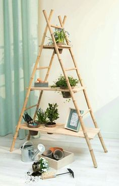 An ingenious and aesthetic DIY from two bamboo ladders and three . Un DIY ingénieux et esthétique à partir de deux échelles en bambou et de tro… An ingenious and aesthetic DIY from two bamboo ladders and three wooden shelves Interior Garden, Diy Interior, Bamboo Ladders, Bamboo Shelf, Diy Rangement, Diy Step By Step, Bamboo House, Bamboo Crafts, Bamboo Design