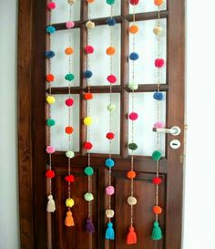 DIY Home: ideas de cortinas con lana Diy Pompon, Diy And Crafts, Arts And Crafts, Diy Casa, Pom Pom Crafts, Diy Room Decor, Craft Projects, Crafty, How To Make