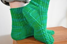 Knitting socks from toe Knitting Socks, Knitting Stitches, Knitting Patterns Free, Free Knitting, Crochet Socks Pattern, Knit Crochet, Bed Socks, Slipper Socks, Slippers
