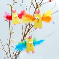 Helmut, Heribert and Henrike Huhn are waiting for you. Spring Art, Spring Crafts, Holiday Crafts, Easter Crafts For Kids, Toddler Crafts, Diy For Kids, Feather Crafts, Bird Crafts, Diy Arts And Crafts