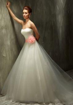 Romantisches Brautkleid im Ballkleid-Stil aus Satin und Tüll in Elfenbein, Weiß und Koralle - Lisa Donetti