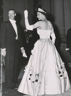 February 5 Her Majesty the Queen waves to the assembled crowd as she makes her way with Lord Mayor of Sydney to attend the Lord Mayor's ball Hm The Queen, Her Majesty The Queen, Queen Mary, Queen Elizabeth Ii, King Queen, Princess Anne, Princess Margaret, Royal Life, Royal House
