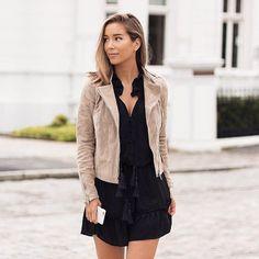 Copiez ce look avec une veste en daim beige et une robe noire à pompons : http://www.taaora.fr/blog/post/idee-look-rentree-2016-automne-robe-noire-veste-cuir-suede-beige