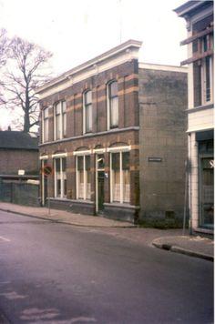 De Hagengracht, met panden aan de westzijde, die allemaal gesloopt zouden worden in het kader van de grote binnenstadsanering, op dat moment nog met een café. Dit café, dat op de hoek met de Hagenstraat stond, was ooit van schipper. Later was dit Du Plessis en de laatste uitbater was Meupelenberg. Op de andere hoek is op nummer 10, geheel rechts, nog een glimp te zien van het pand van Fijnslijpinrichting Tegeler, die later zou verhuizen naar de Marktstraat. De slijperij had, om de hoek in de…