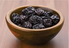 Prunes, the dried plums when taken in form of juice offer amazing benefits. Here are the best benefits of prune juice for skin, hair & health delineated for you. Healthy Eating Tips, Healthy Baking, Brownies Sains, Juice For Skin, Water Retention Remedies, Enjoy Your Meal, Dried Plums, Dried Fruit, The Bo