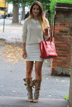 Falda en color crudo con jersey beige y botas ante y bolso en rojo.