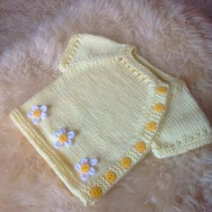 """Ravelry: superjuana en Daisy Chain [ """"Puerperium is a very simply styled cardy, designed to be easy for new parents to dress their babe in the puerperium period weeks post birth)."""", """"Ravelry: superjuana en Daisy C"""", """"superjuana Baby Knitting Patterns, Arm Knitting, Knitting For Kids, Baby Patterns, Knit Vest Pattern, Knitted Baby Cardigan, Crochet Baby Clothes, Baby Vest, Baby Sweaters"""