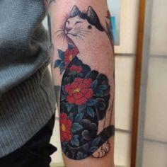 Gentil chat avec une couleur inhabituelle de tatouage avant-bras fleurs rouges - Tatouage chat 19/08/2015