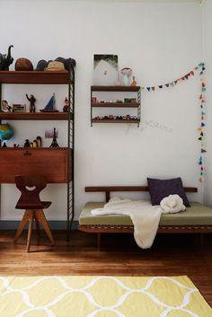 Chambre d'enfant Vintage avec étagères String home-tour-vintage-kinfolk-chambre-enfant-string-mademoiselle-claudine