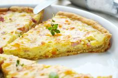 The recipe for the French onion quiche guarantees feasting until you drop! Source by fetzi Quiches, Low Fat Snacks, Savoury Baking, French Onion, Mediterranean Recipes, Different Recipes, Cheese Platters, I Love Food, Soul Food