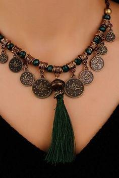 Yeşil Parlak Boncuk Detaylı Eskitme Zincir Metal Tasarımlı Püsküllü Bayan Kolye