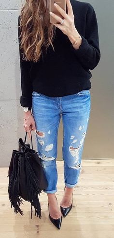 casual style perfection: black top + bag + rips
