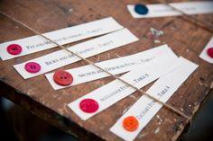 Une idée de plan de table pour un mariage moderne et coloré