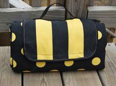 ikat bag: Fold-up Picnic Mat tutorial Sewing Tutorials, Sewing Projects, Sewing Patterns, Bag Tutorials, Picnic Mat, Picnic Blanket, Beach Blanket, Outdoor Blanket, Diy Sac