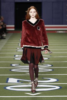 Setting up a mock football field for his fall-winter 2015 collection, Tommy Hilfiger gave a preppy take on football fashion for his latest runway show. Mode Tommy Hilfiger, Tommy Hilfiger Fashion, Karen Walker, Carolina Herrera, Runway Fashion, Fashion Show, Fashion Design, Women's Fashion, Football Fashion