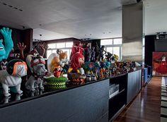 Colecionar bonecos de Toy Art está entre os hobbies de Diogo. Os exemplares aparecem em destaque no aparador (Foto: Lufe Gomes/Editora Globo)