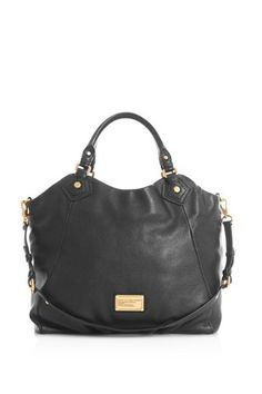 A key Marc by Marc Jacobs accessory, the Classic Q Francesca is a spacious yet casual everyday bag, and perfect for women on the go.