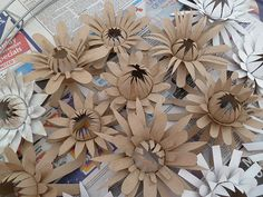 flowers made with toilet paper rolls. This looks like something beautiful out of toilet paper rolls. Toilet Paper Roll Art, Toilet Paper Roll Crafts, Diy Paper, Handmade Flowers, Diy Flowers, Paper Flowers, Cardboard Sculpture, Cardboard Crafts, Cardboard Tubes