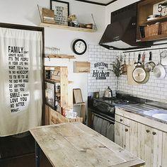 eri417kさんのKitchen DIY ダイニングテーブル のれん セリア 賃貸 見せる収納 100均リメイク ステンシル 賃貸アパート 賃貸インテリア リメイクシート 連投失礼します Instagram→eri417kに関する部屋写真 Little Kitchen, Diy Kitchen, Kitchen Dining, Design My Room, Family Isnt Always Blood, Interior And Exterior, Interior Design, Pineapple Design, My Dream Home
