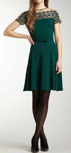 Emerald beaded dress / Valentino    @Marcela . de Moura, Nine, espia esse modelo. Você faz isso brincando. Quando vamos a Cardoso? Beijos!