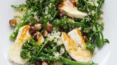 Gesunder Sattmachersalat: Brokkoli-Quinoasalat mit Halloumi-Käse | http://eatsmarter.de/rezepte/brokkoli-quinoasalat-mit-halloumi-kaese