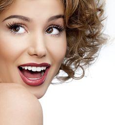 #Отбеливаем зубы! #Голливудская_улыбка  Выдавите немного зубной пасты в небольшую емкость, добавьте 1 ч.л. пищевой соды, 1 ч.л. перекиси водорода и 0,5 ч.л. воды. Тщательно смешайте ингредиенты и нанесите на зубную щетку, чистите зубы 2 минуты 1 раз в неделю. Использовать данный рецепт можно несколько раз в год, по 1-1,5 месяца, затем нужно делать перерыв.