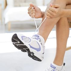 Shin Splints Strengthen: To strengthen your shin muscles, lean your back against a wall with your feet flat on the floor, 8 to 10 inches from the wall and lift toes up towards shins and slowly low (Fitness Workouts Calves) Nike Air Force, Air Force One, You Fitness, Physical Fitness, Physical Exercise, Physical Pain, Fitness Workouts, Fitness Tips, Ways To Tie Shoelaces