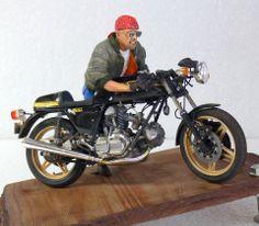 Racing Scale Models: Diorama - Ducati 900 SS (Tamiya) + Figure by Noboru Watabe Motorcycle Model Kits, Motorcycle Art, Ducati 900ss, Art Model, Tamiya, Scale Models, Vignettes, Motorbikes, Diecast