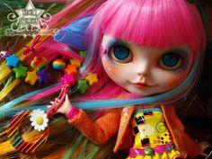 """A boneca""""Blythe""""(pronuncia-se """"Blaite"""") foi criada em 1972 pelo designer Allison Katzman e comercializada nos E.U.A. pela Toy Company Kenner (geralmente conhecida por apenas Kenner). Sua caracte…"""