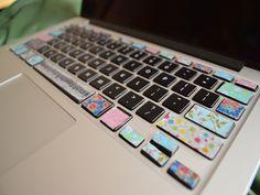 Decora el teclado de tu ordenador con washi tape, lo último para decoraciones y manualidades. Personalízalo a tu gusto y verás lo bien que queda.