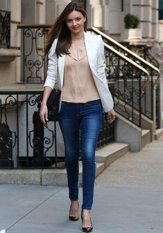 Miranda Kerr no se complica pero acierta: jeans pitillo, blusa nude, blazer blanco y accesorios en negro. Anímate a copiarla.