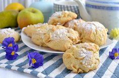 Sono dolcetti delicati, morbidi e leggeri come nuvole. Si preparano in un attimo e sono ottimi col tè, adatti anche a cuochi meno esperti e perfetti sia a colazione che a merenda. Questa è la versione con le mele, ma vi consiglio di provarli anche con albicocche, ciliegie, pesche, mirtilli, susine… non c'è limite alle … Biscotti Biscuits, Biscotti Cookies, Italian Cookie Recipes, Italian Cookies, Pan Dulce, Dessert Recipes, Desserts, Apple Recipes, Healthy Baking