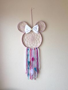 Minnie Dream Catcher Shabby Chic kids room decor These Minnie Mouse inspired dream catchers can be u Diy And Crafts, Crafts For Kids, Arts And Crafts, Dream Catcher Craft, Dream Catchers, Diy Dream Catcher For Kids, Diy Décoration, Disney Crafts, Minnie Mouse