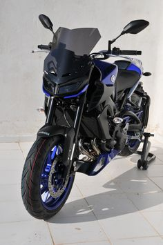 """Front view with 38cm light black """"Touring"""" windshield"""
