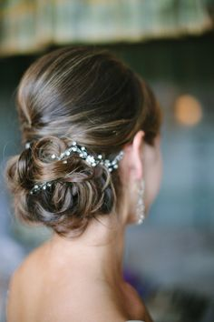 style me pretty - real wedding - usa - virginia - charlottesville wedding - keswick hall - bride - getting ready - wedding hairstyle
